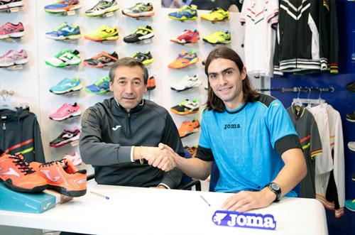 2013 - Juani Mieres, el jugador número 1 del pádel, se une a Joma.
